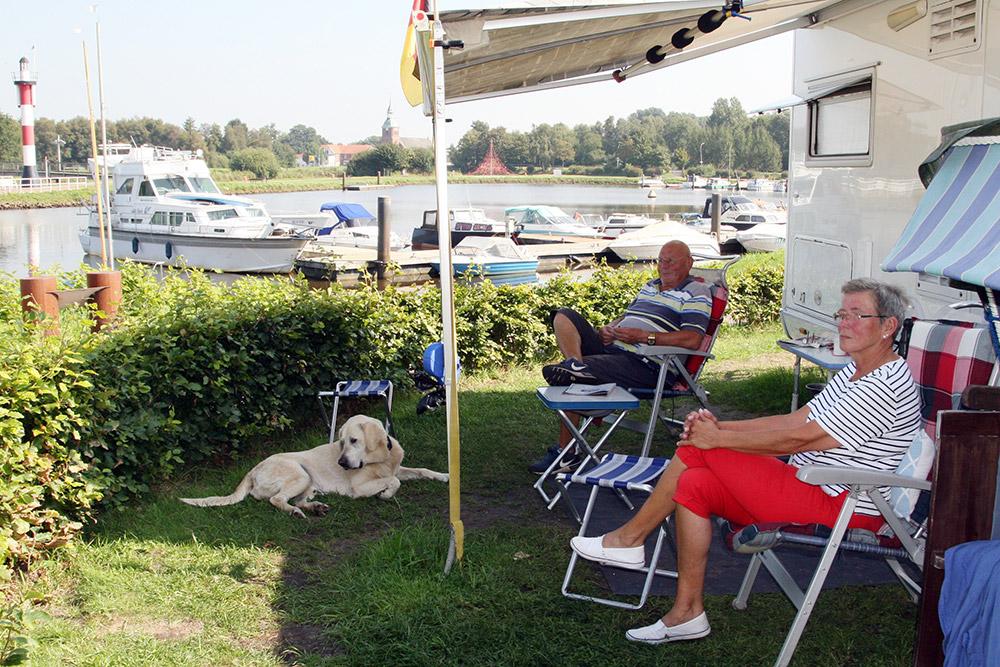 Wohnmobilisten in Barßel am Hafen