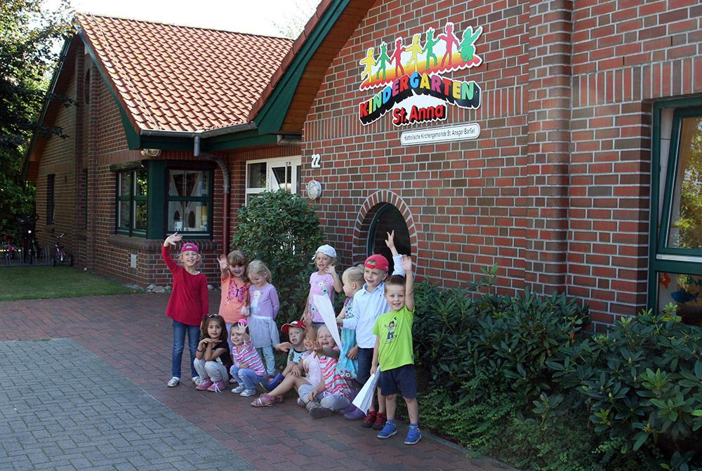 Kindergartenkinder vor dem Gebäude des St. Anna-Kindergartens.