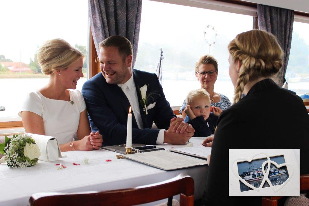Ein Paar wird standesamtlich auf der MS Spitzhörn, dem Barßeler Fahrgastschiff, getraut.