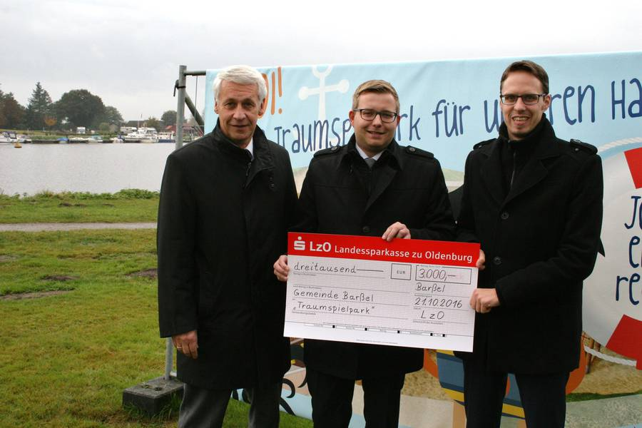 Scheckübergabe durch die Sparkassenvertreter Joachim Stuke (links) und Eric Janßen (rechts), an BM Nils Anhuth (Mitte).