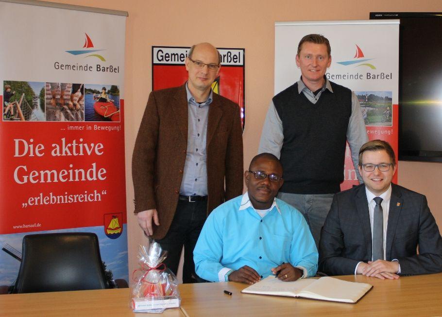 Bürgermeister Nils Anhuth (von rechts) und Erster Gemeinderat Michael Sope begrüßten Pastor Samuel Nyohnyoh, der vier Wochen Gast von Pastor Thomas Perzul sein wird, im Rathaus.