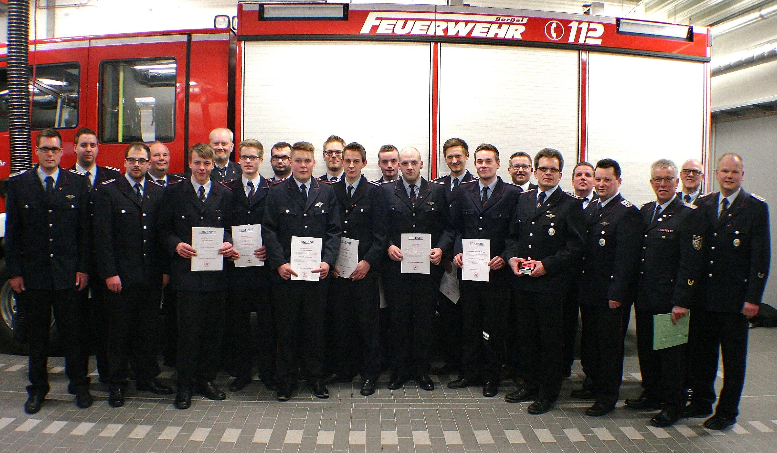 Neu gewähltes Kommando der Feuerwehr mit Ehrengästen.