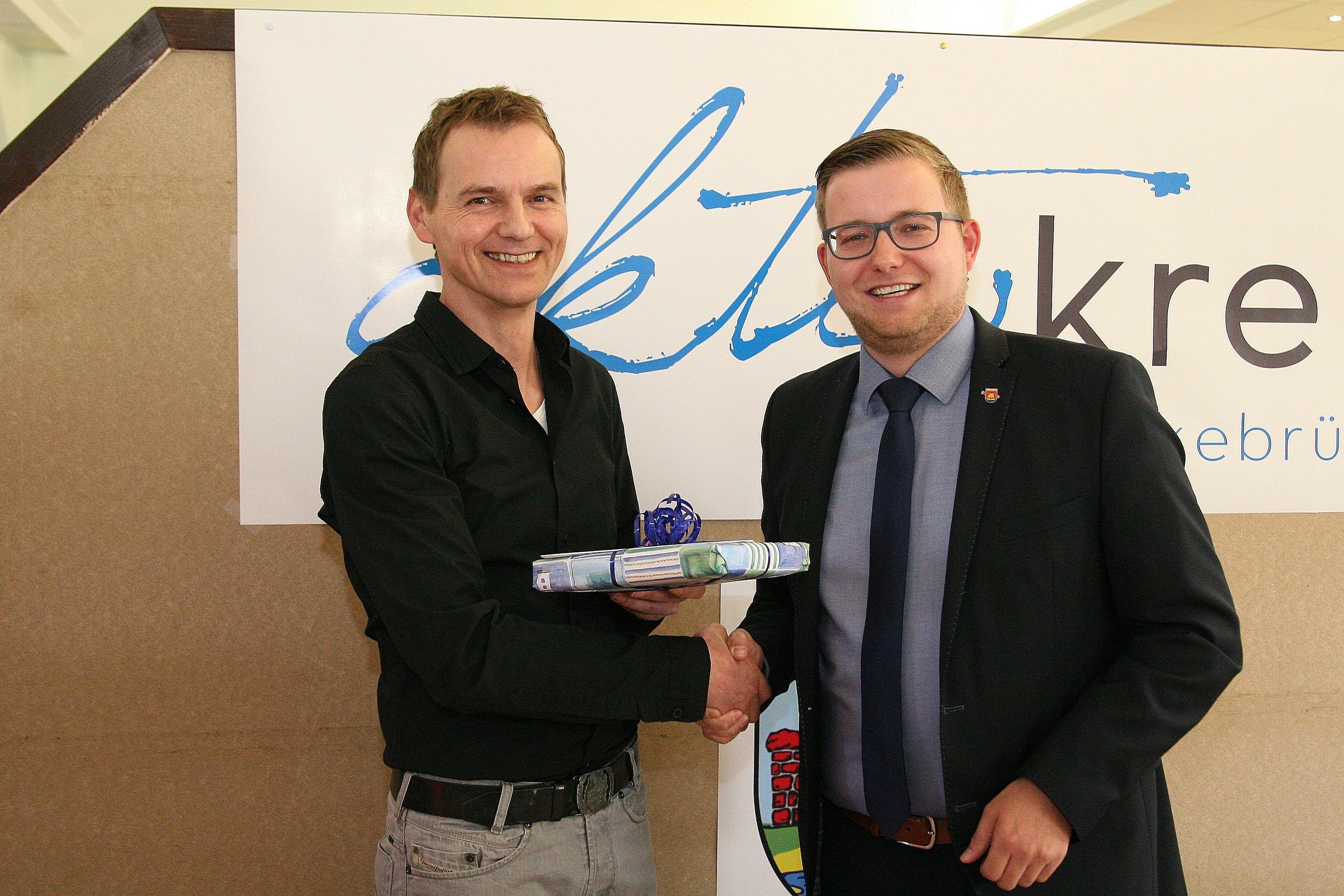 Glückwunsche zum Jubiläum des Aktivkreises Harkebrügge überbrachte BM Anhuth (rechts) an den Vereinsvorsitzenden T. Tangemann