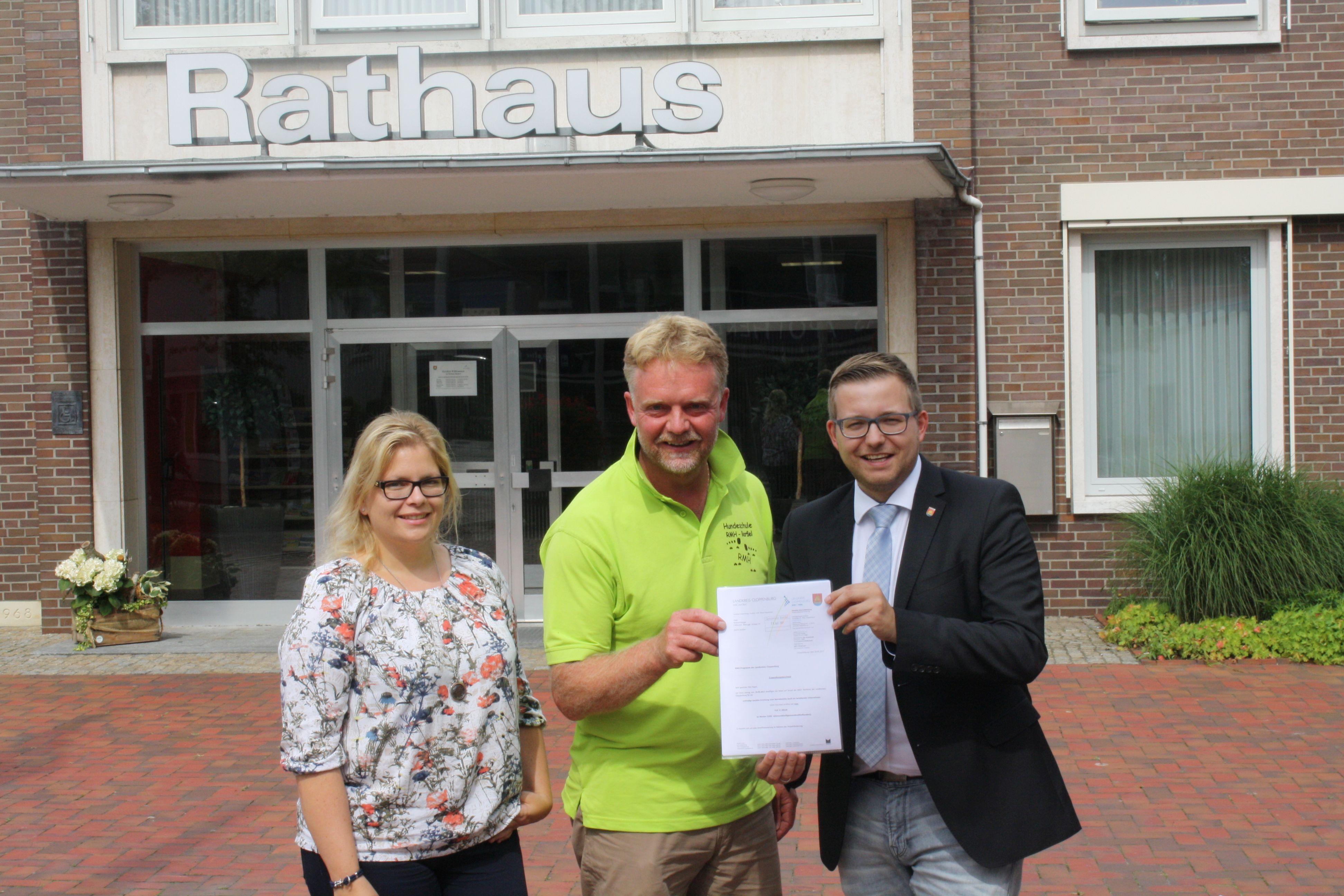 """Foto von links: Kämmerin Anke Rönneper, Robert Nagel von """"Robbis Mensch-Hunde-Beratung"""" und Bürgermeister Nils Anhuth"""