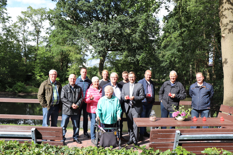 """Gruppenfoto mit den """"Sponsoren"""", BM Anhuth, Elfriede Rosenberg und Hartmut Willhaus"""