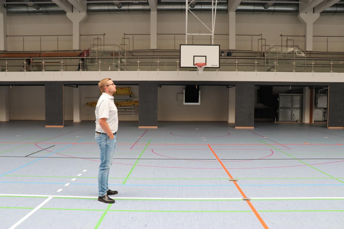 Bürgermeister Nils Anhuth in der Sporthalle NACH der Sanierung.