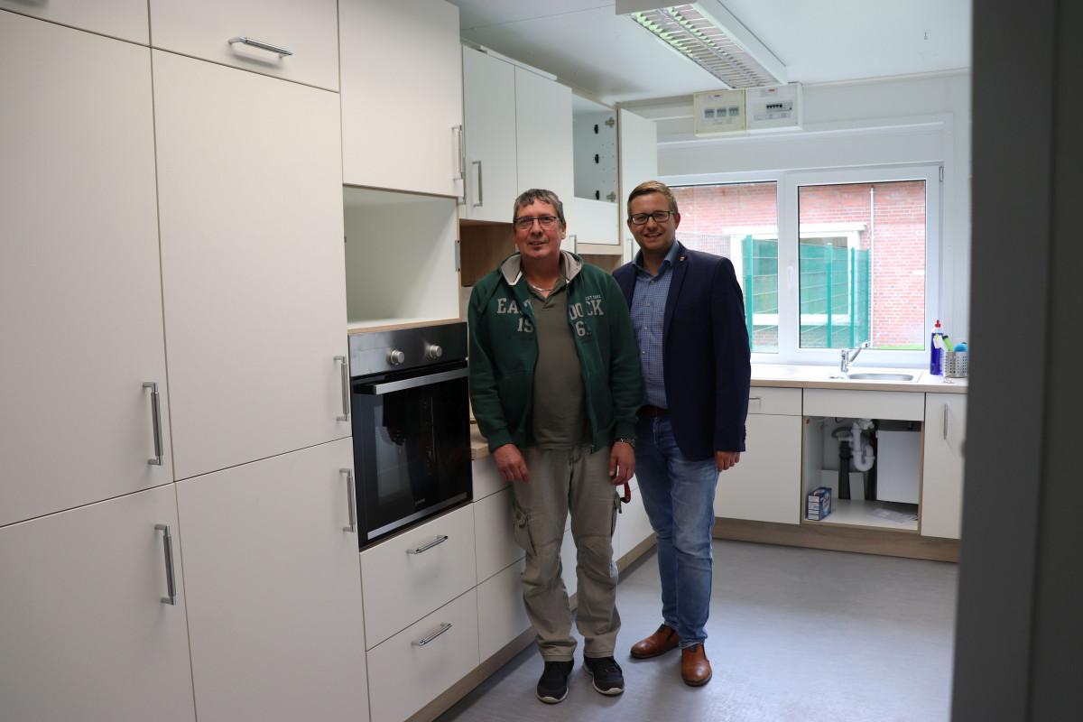 Gemeindejugendpfleger Hartmut Börcher (links) besichtigt mit BM Nils Anhuth die neue Küche im JuBZ.