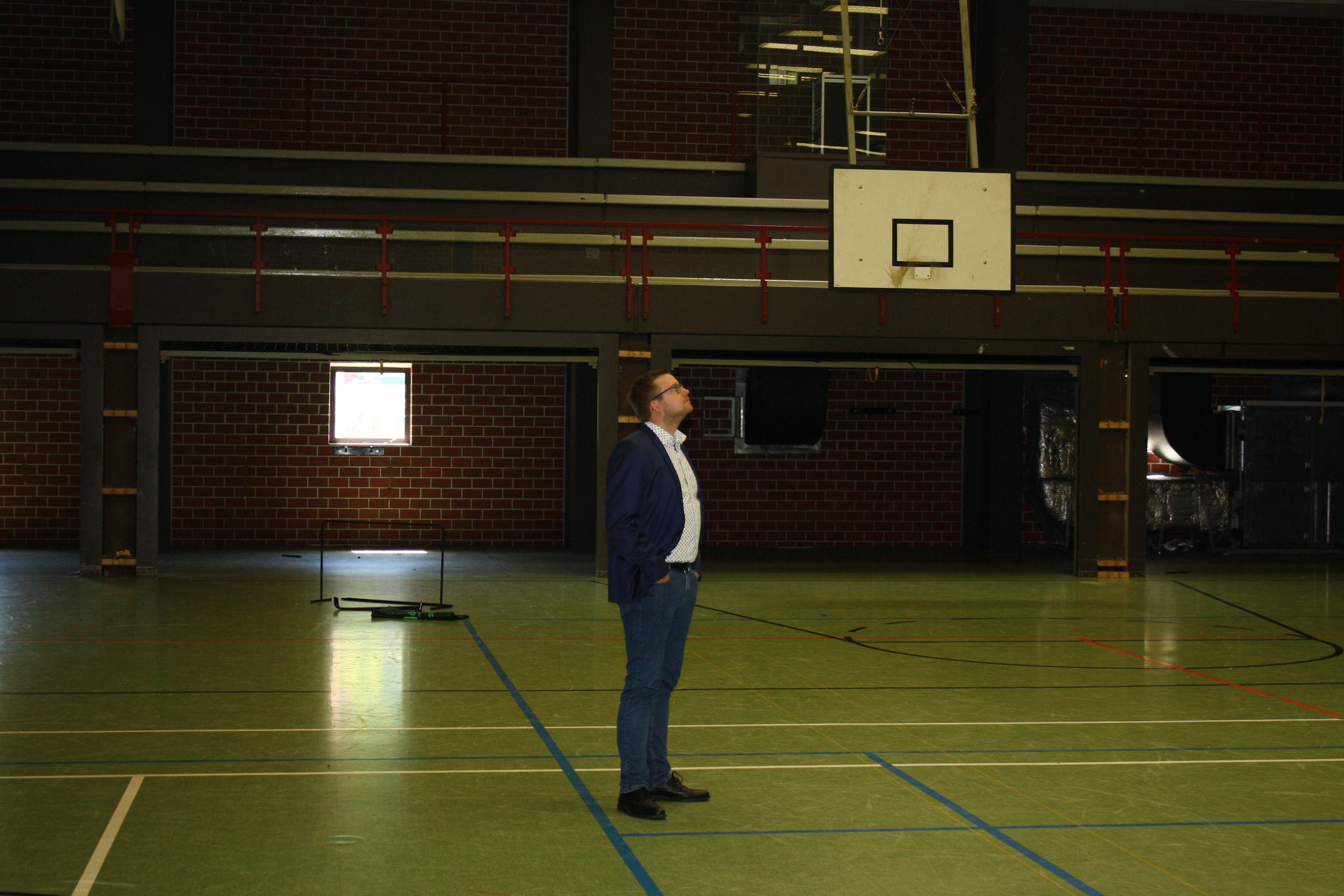 Bürgermeister Nils Anhuth in der Sporthalle VOR der Sanierung.