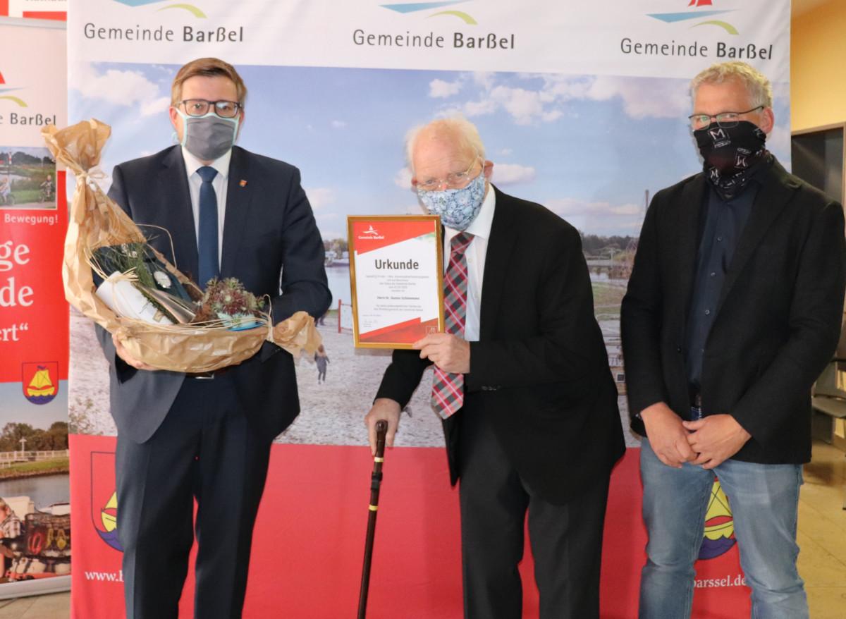 Bürgermeister Nils Anhuth (links) übergab dem neuen Ehrenbürger Dr. Gustav Schünemann (Mitte) die Urkunde im Beisein von Henning Schünemann (rechts).