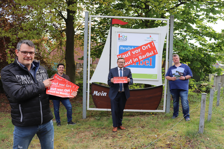 Von links nach rechts: Volker Hinz, René Hartmann, Bürgermeister Nils Anhuth und Michael Niemeyer präsentieren die neue Aktion des HGV.
