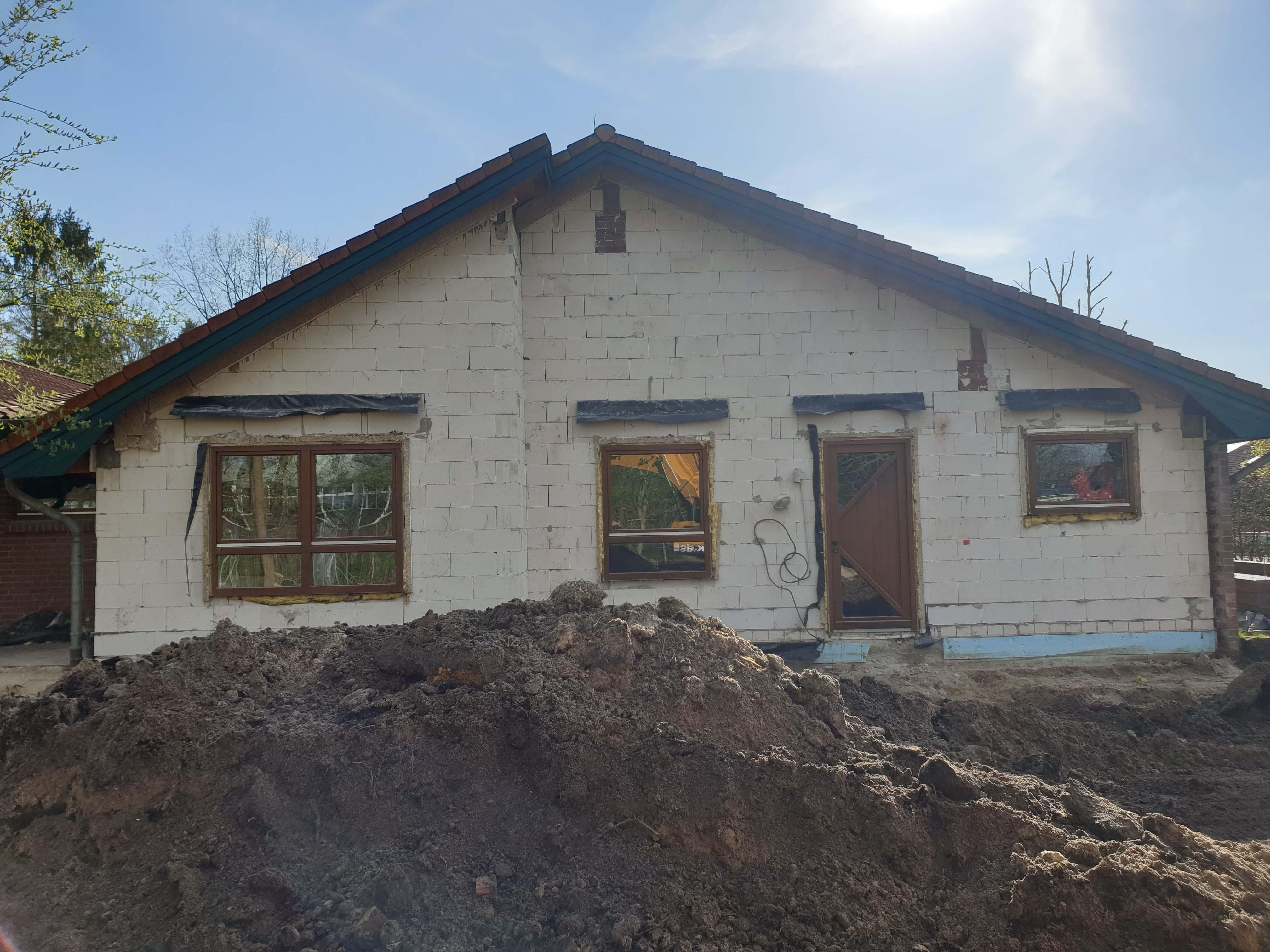 Das Gebäude ohne Verblendung und während der Auskofferung.