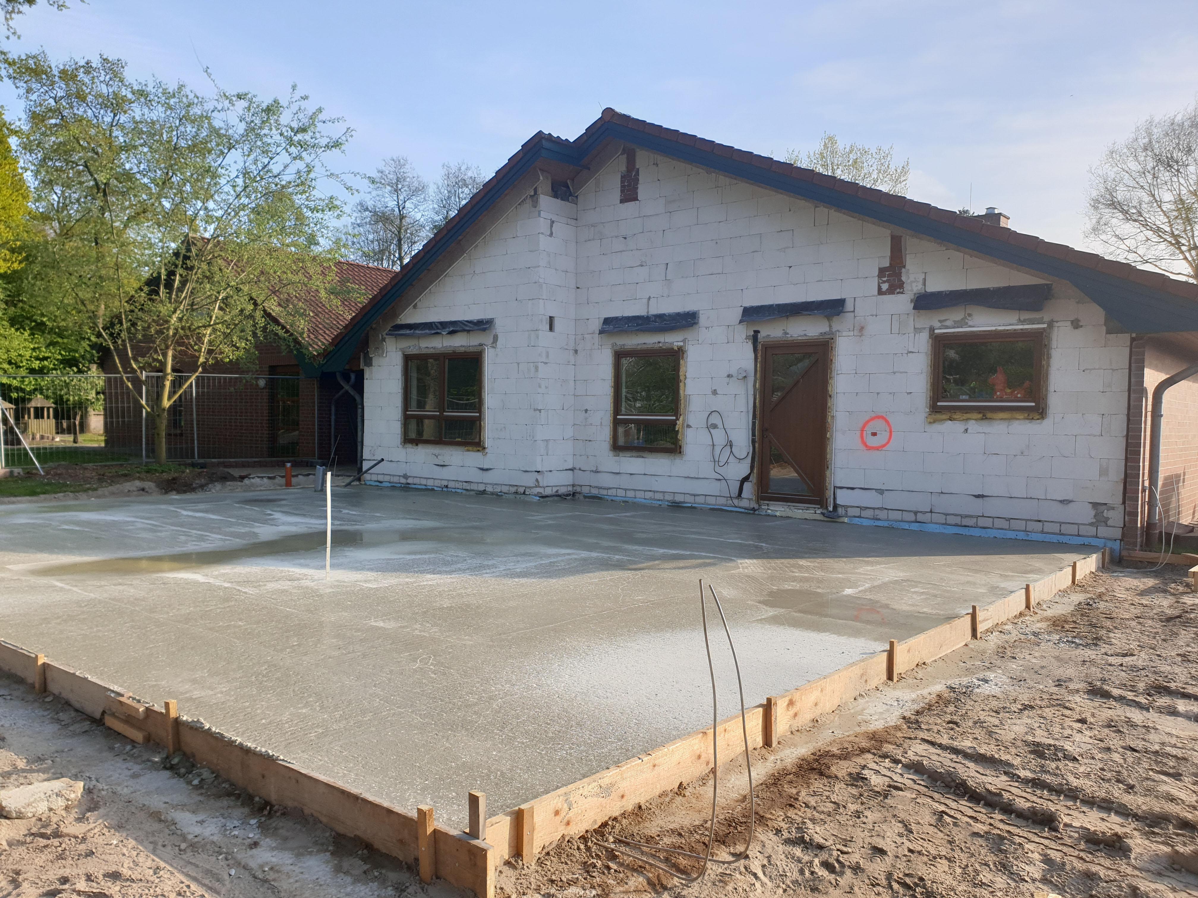 Die Bodenplatten für den Anbau wurden gegossen.
