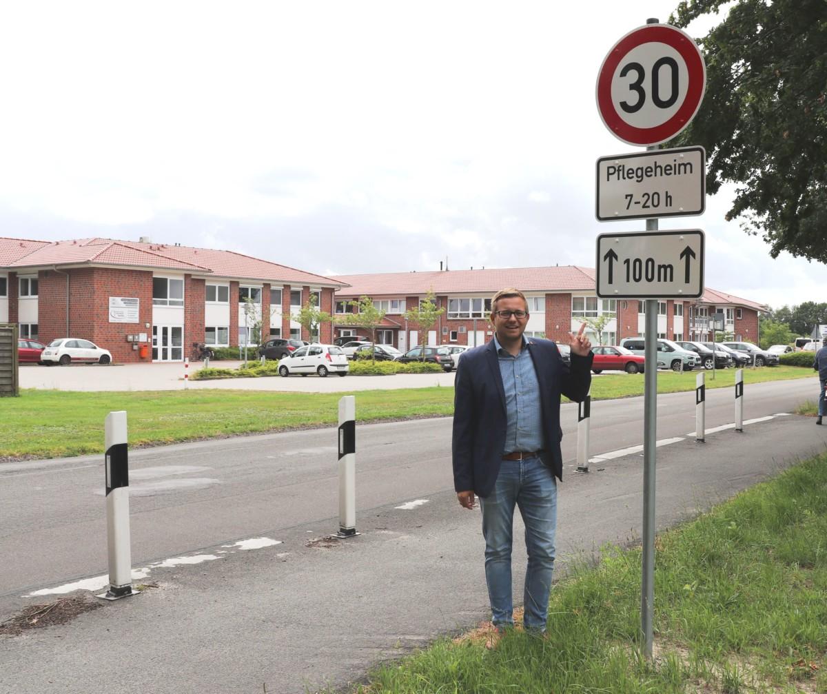 """Archivbild aus letztem Sommer: Bürgermeister Nils Anhuth präsentierte die Errichtung der ersten Temporeduzierung vor der """"FIP"""". Aufnahme: Bergmann"""