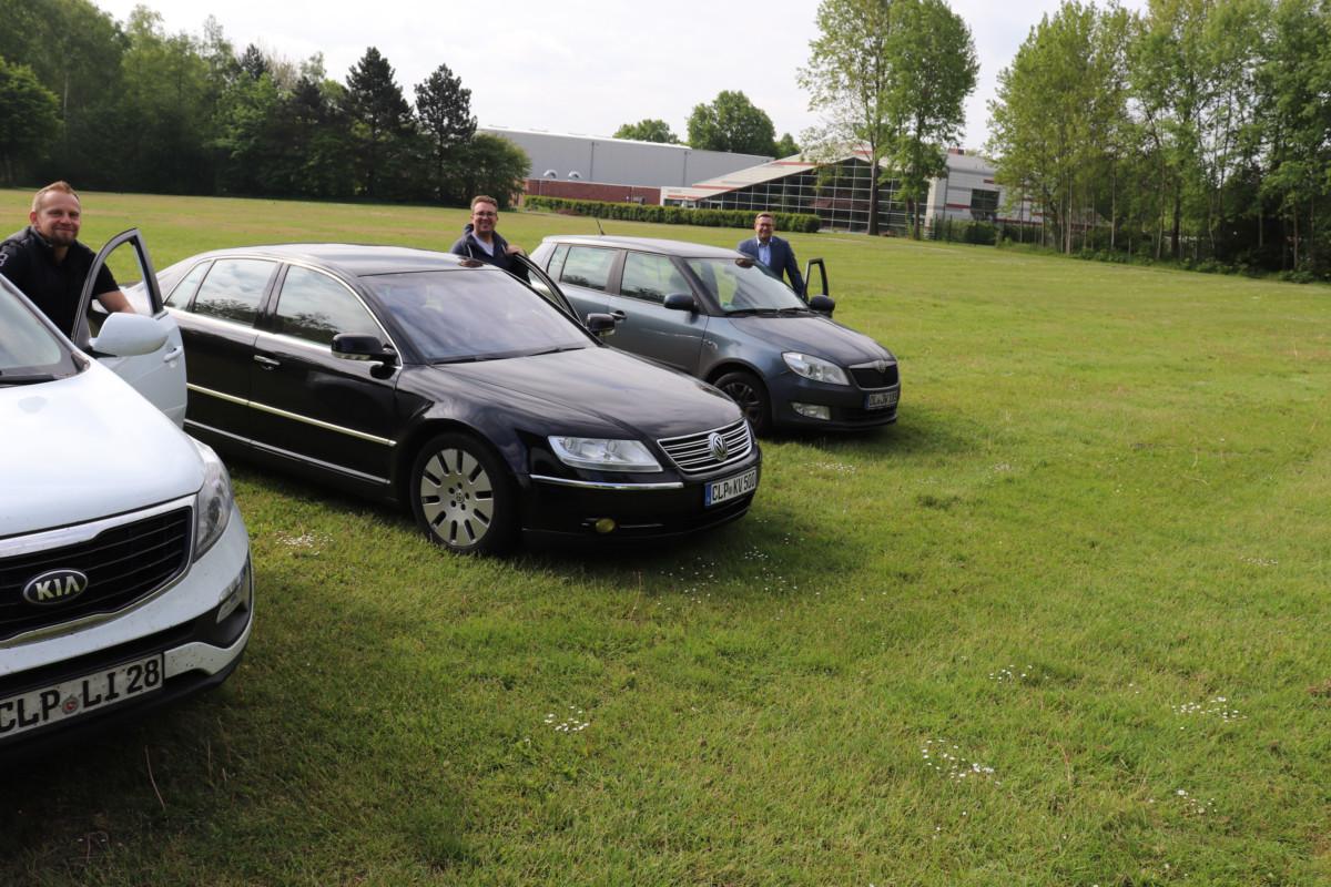 Jens Lindstädt, Kevin Vos und Bürgermeister Nils Anhuth (v.l.n.r.) präsentieren das Veranstaltungsgelände der Auto-Veranstaltungen auf dem Jugendzeltplatz in Barßel. Bildquelle: Wlodarczyk/Gemeinde Barßel