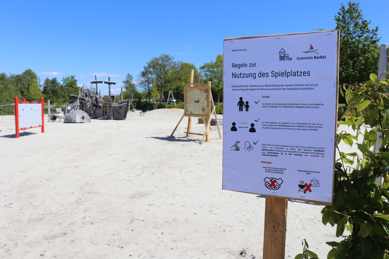 Der Traumspielpark am Hafen darf wieder bespielt werden. Hinweisschilder weisen auf die aktuell geltenden Regeln hin. Aufnahme: Wlodarczyk