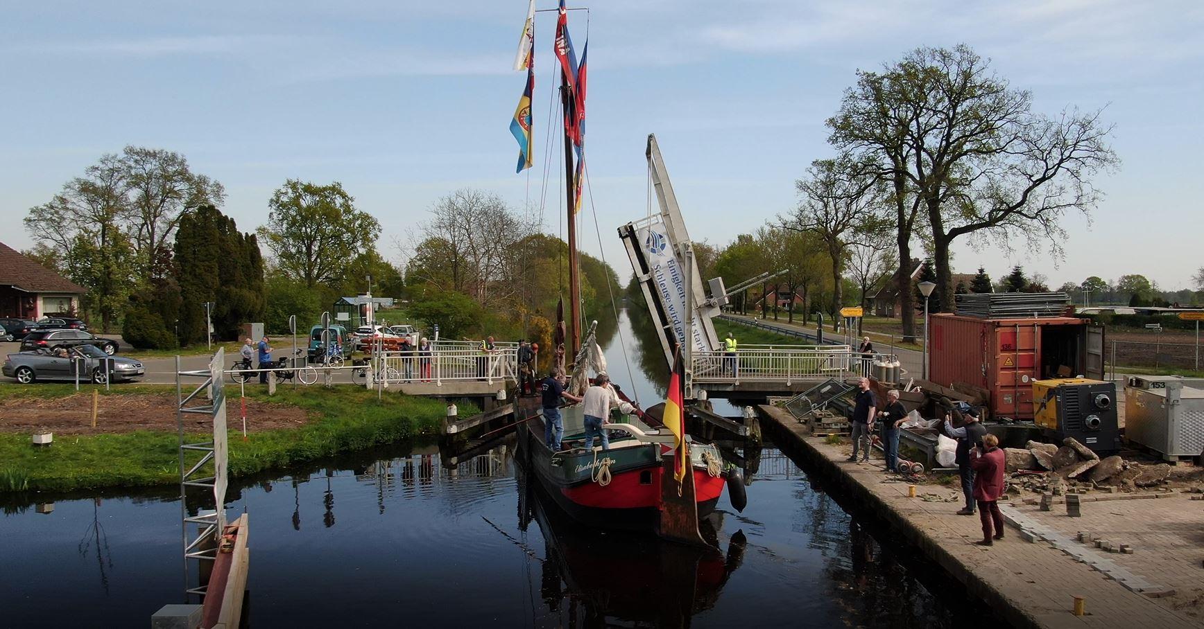 Die Jantina wird passiert nach der Schleuse auch die Brücke in Osterhausen. Bildquelle: Robin Jacobs
