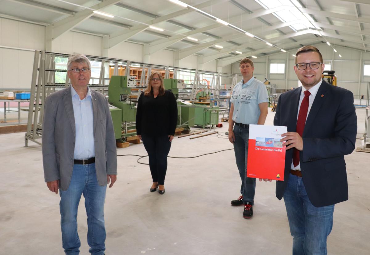 Clemens Kurre (links) und Andreas Kurre (dritter von links) erhielten einen KMU-Zuwendungsbescheid von Bürgermeister Nils Anhuth (rechts) und Anke Rönneper. Bildquelle: Wlodarczyk/Gemeinde Barßel