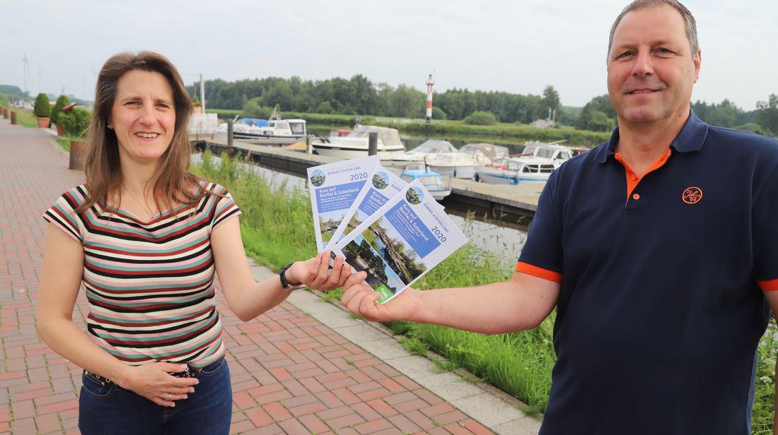 """Wissenswertes für Bootsfahrer: Die Informationsbroschüre """"Mit dem Boot Kurs auf Barßel und Saterland"""" haben Miriam Prahm und Rolf Diekhaus erstellt. Sie enthält Infos über die Gewässer im Fehngebiet. Foto: C. Passmann"""