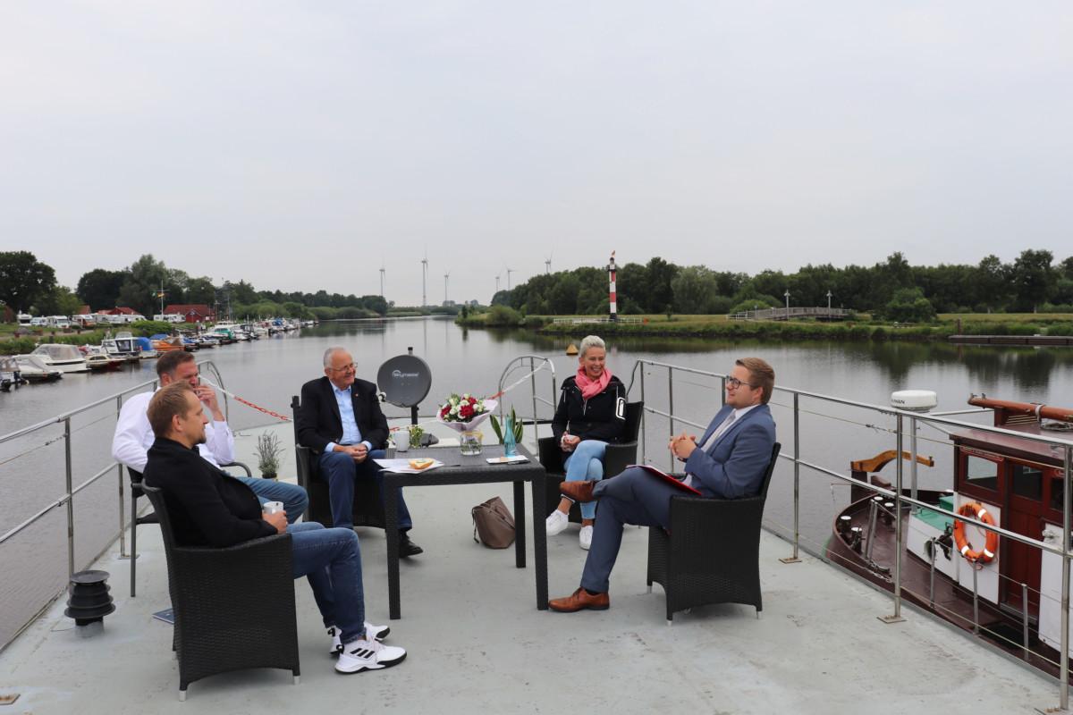 Gesprächsrunde auf einem Hausboot in Barßel (v.l.n.r.): Jens Lindstädt, Ralph Schröder, Hans Eveslage, MdB Silvia Breher und BM Nils Anhuth.