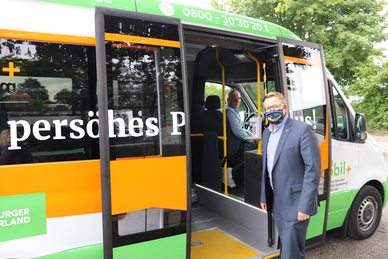 Bürgermeister Nils Anhuth (vorne) vor dem Fahrantritt mit dem moobil+-Bus. Aufnahme: Wlodarczyk/Gemeinde Barßel