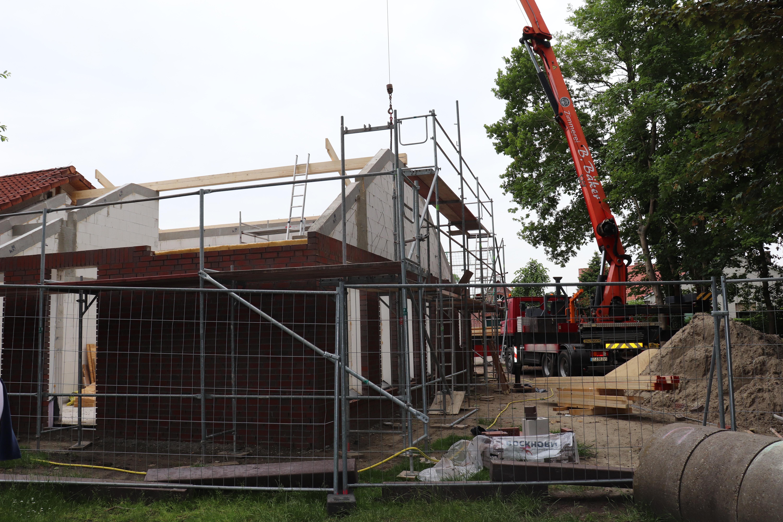 Der Dachstuhl wird errichtet. Aufnahme: Wlodarczyk/Gemeinde Barßel
