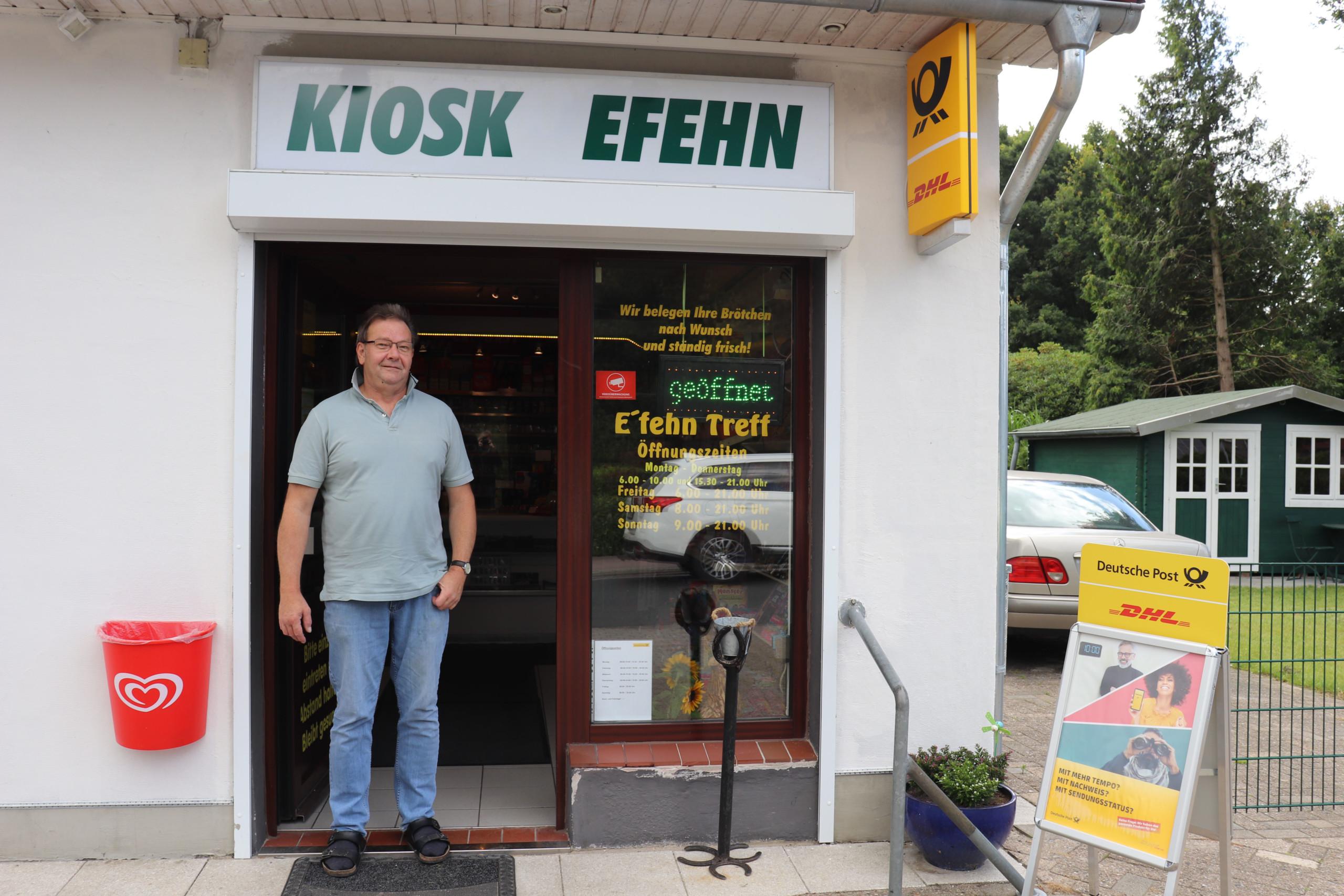 Wolfgang Ziegler im Eingangsbereich des Kiosks, in dem die Postfiliale untergebracht ist. Aufnahme: Gemeinde Barßel