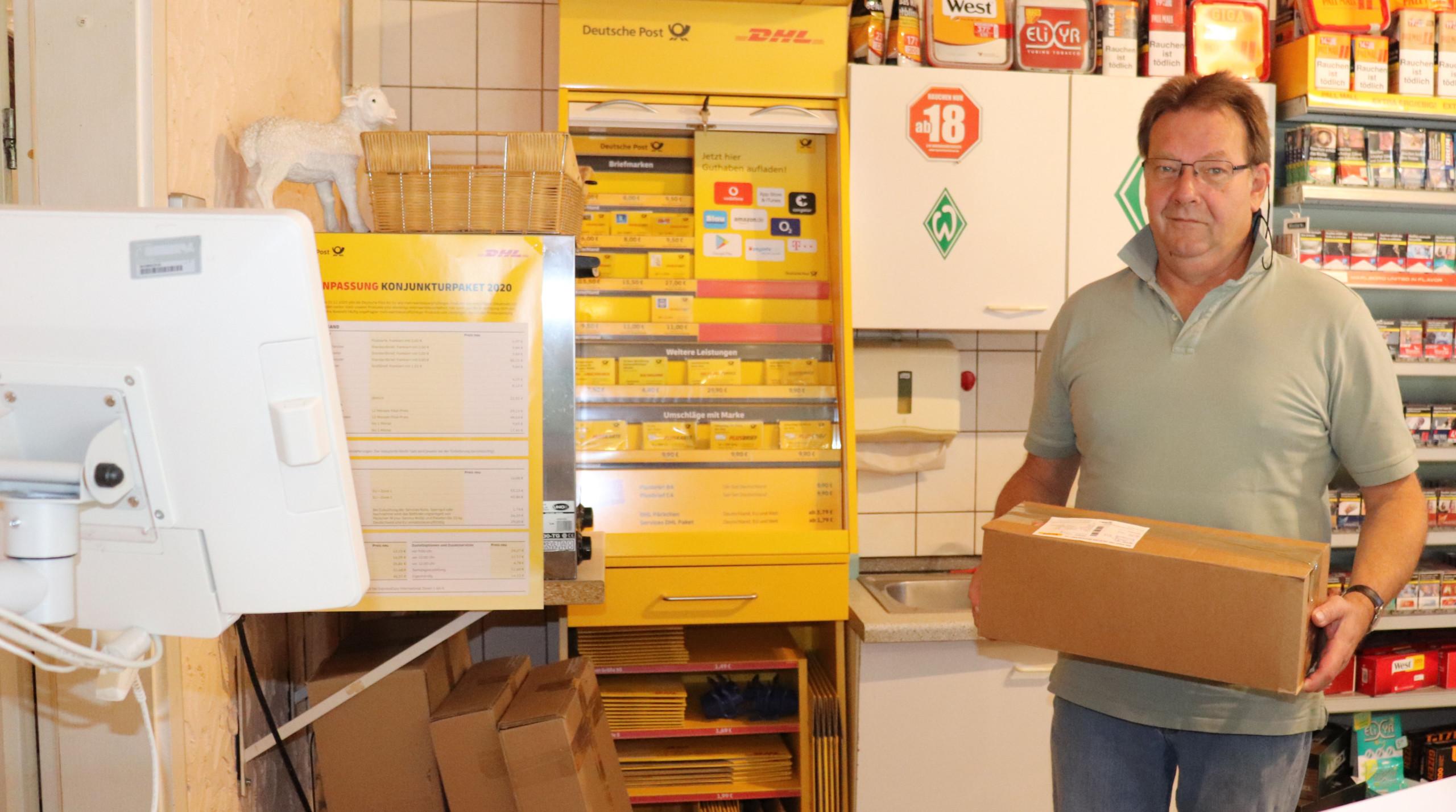 Wolfgang Ziegler freut sich, dass in seinem Kiosk in Elisabethfehn nun die Filiale der Deutschen Post zuhause ist. Aufnahme: Gemeinde Barßel