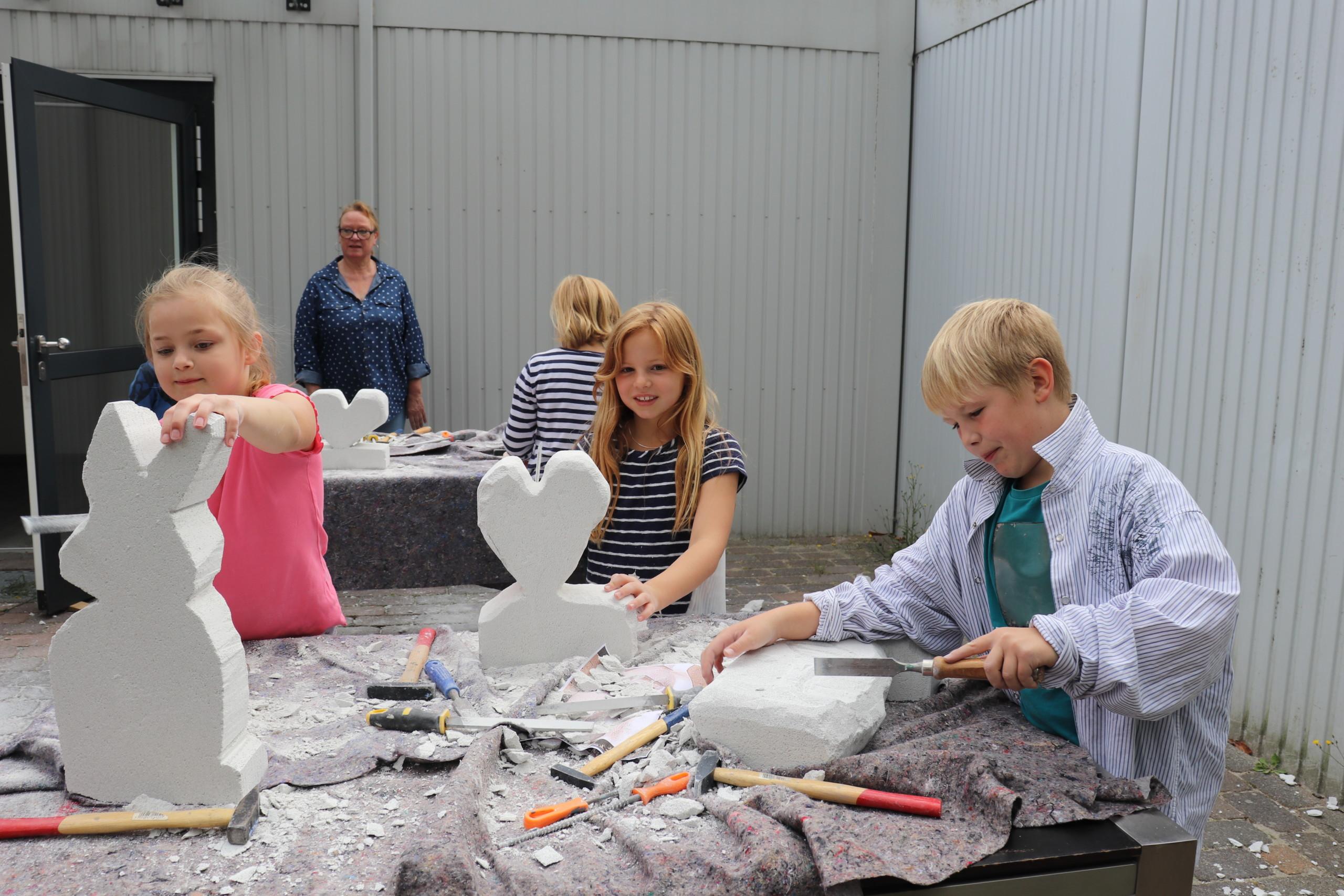 Alle Teilnehmer hatten viel Spaß beim Herstellen von Ytong-Skulpturen. Aufnahme: Wlodarczyk/Gemeinde Barßel