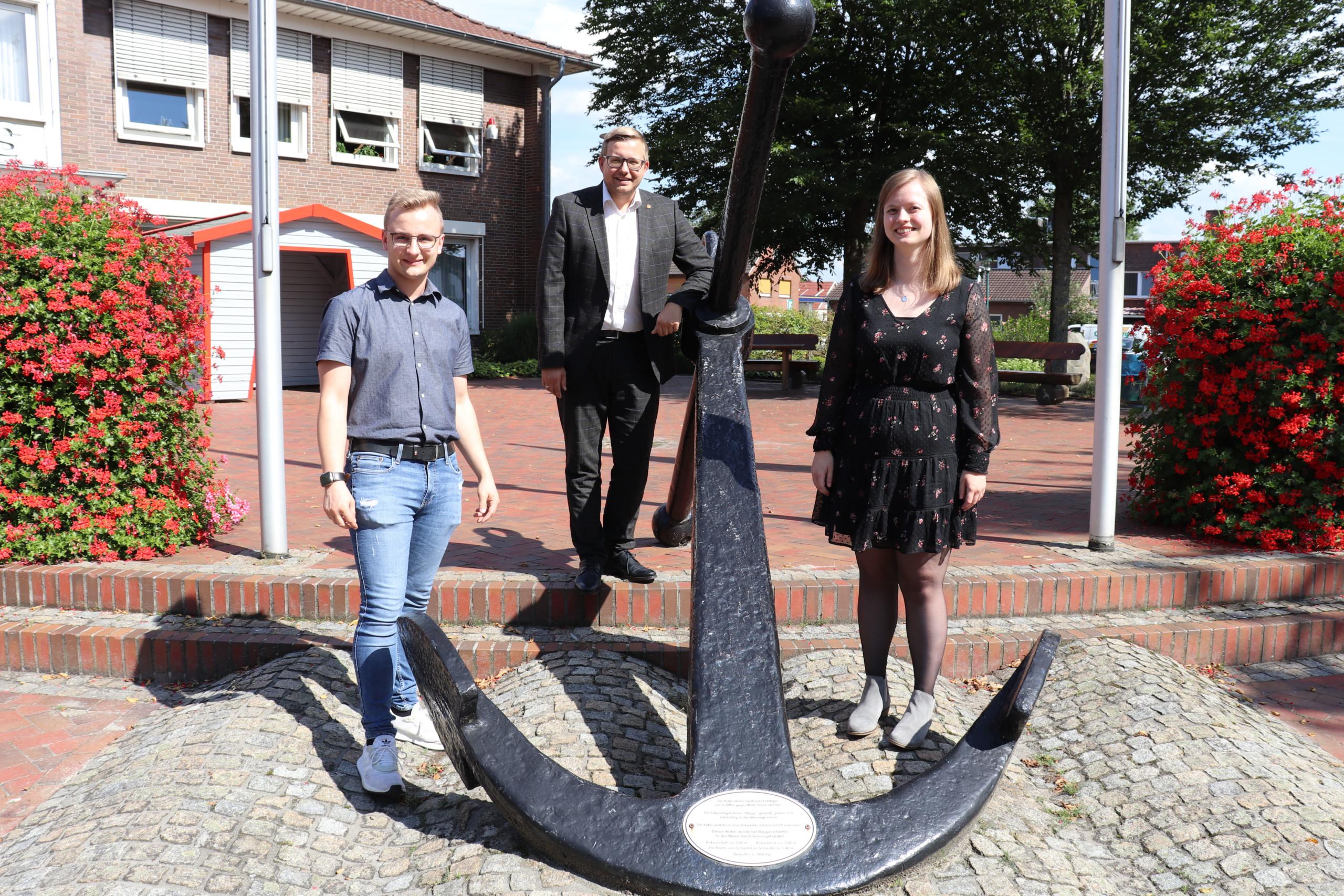 Sie freuen sich über ihre Übernahme bei der Gemeinde Barßel: Kevin Böhmann (links) und Vanessa zu Klampen mit Bürgermeister Nils Anhuth. Aufnahme: Wlodarczyk/Gemeinde Barßel