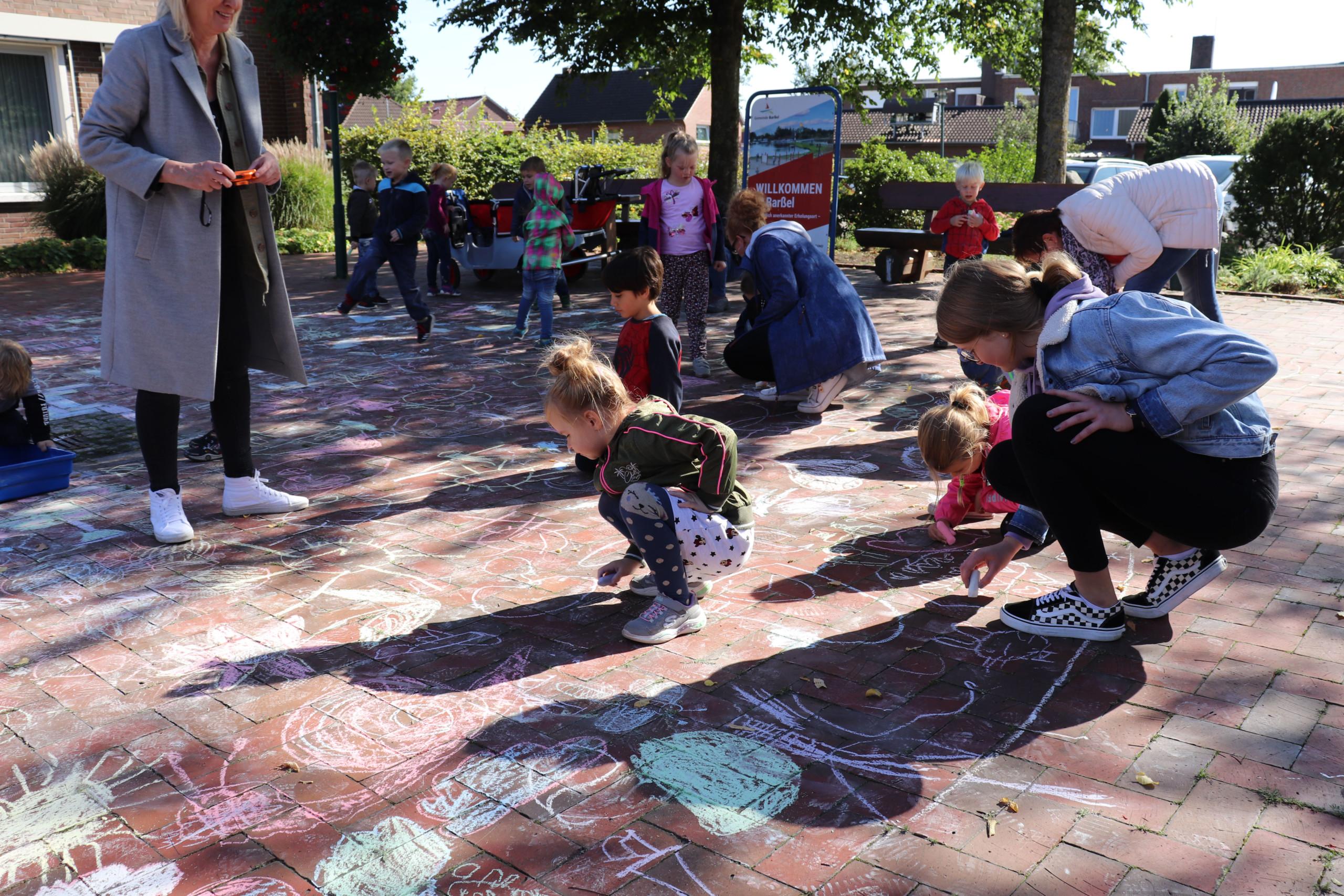 """Die Kindergartengruppen des Kindergartens """"Heilige Familie"""" bemalten die Steine auf dem Rathaus-Vorplatz. Aufnahme: Wlodarczyk/Gemeinde Barßel"""