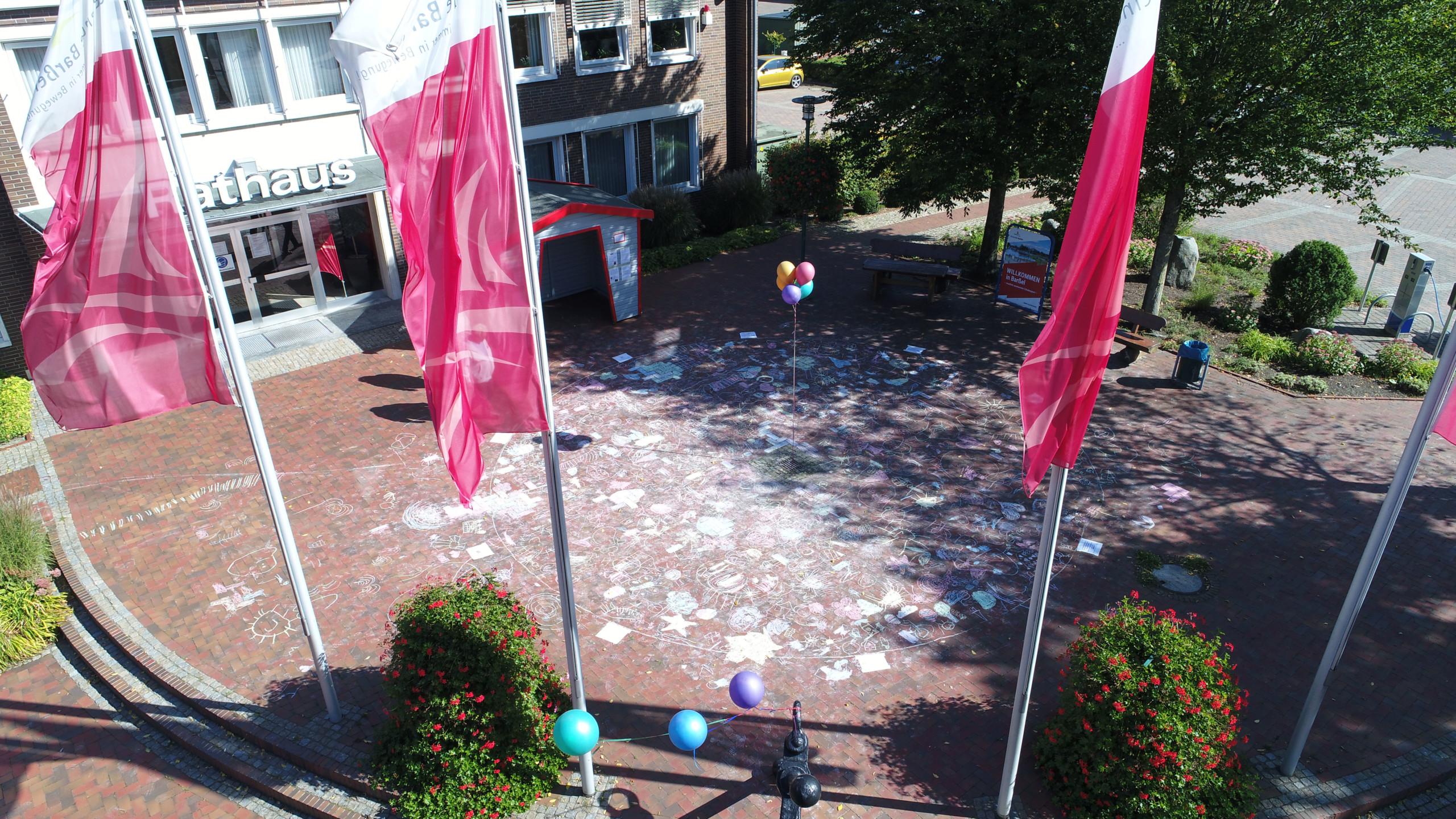 Das Gesamtkunstwerk vor dem Rathaus. Aufnahme: Siebum/Gemeinde Barßel