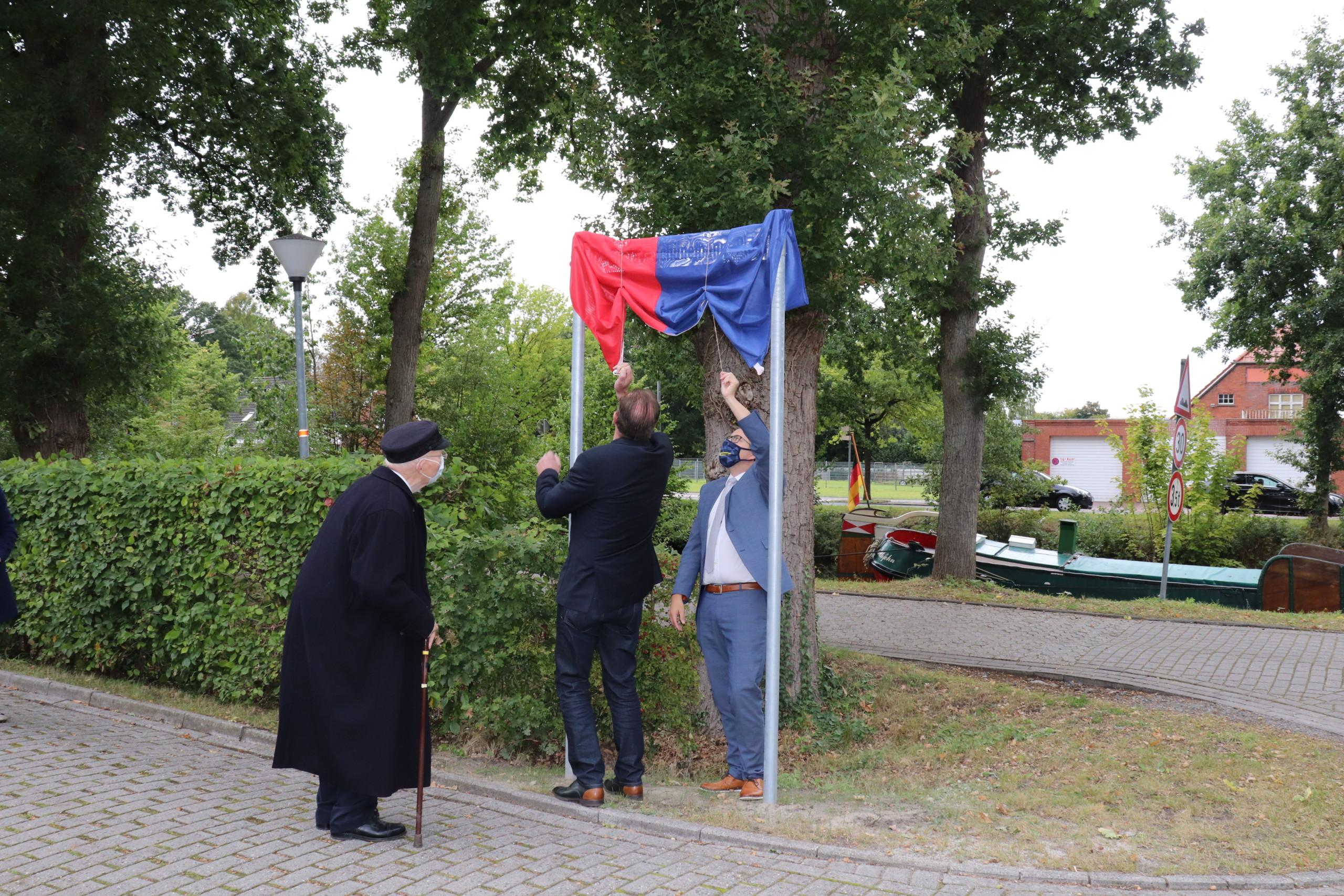 Das Straßenschild auf dem Museumsvorplatz wurde feierlich enthüllt. Aufnahme: Wlodarczyk