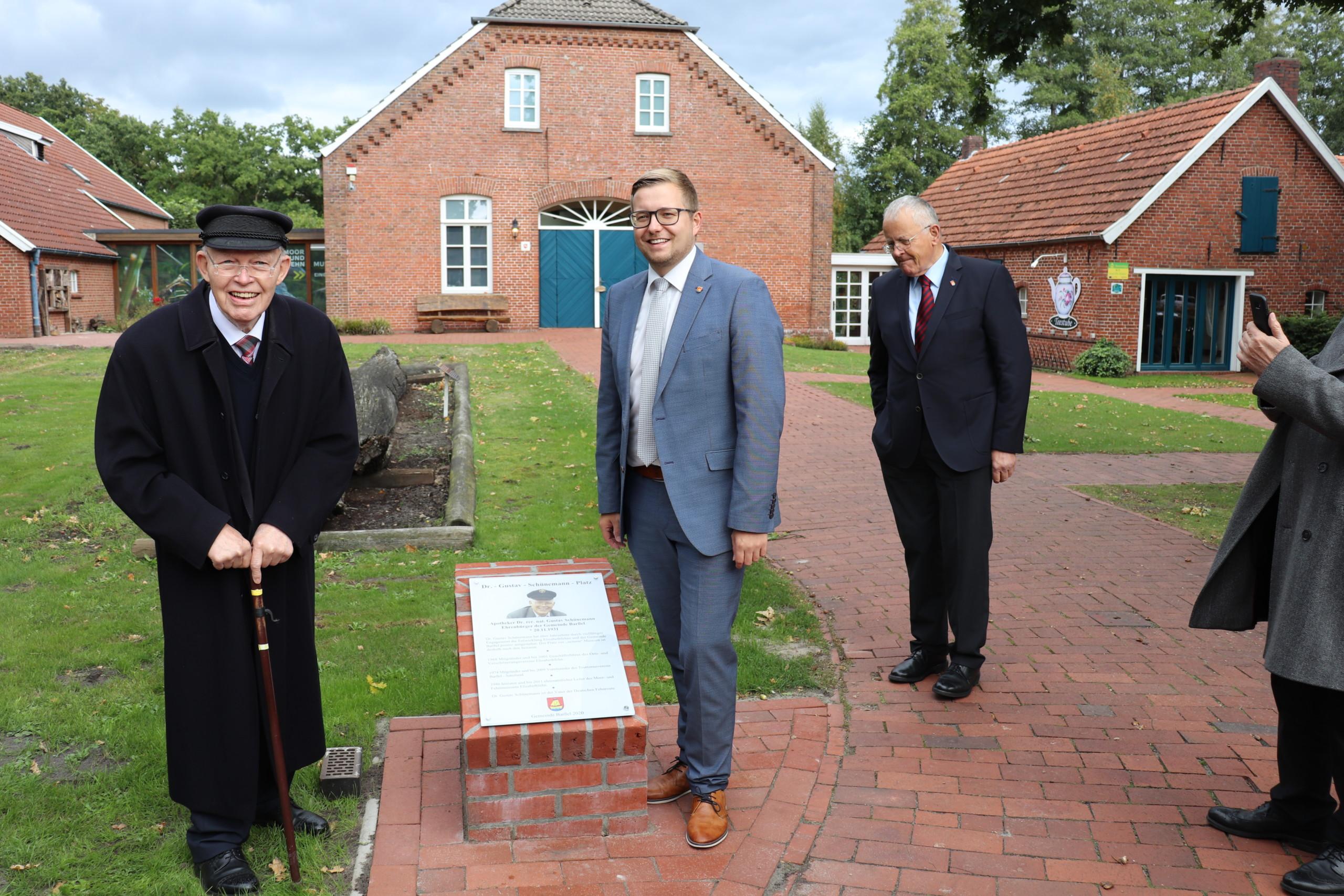 Ehrenbürger Dr. Gustav Schünemann zusammen mit Bürgermeister Anhuth vor der Ehrenbürger-Tafel. Aufnahme: Wlodarczyk