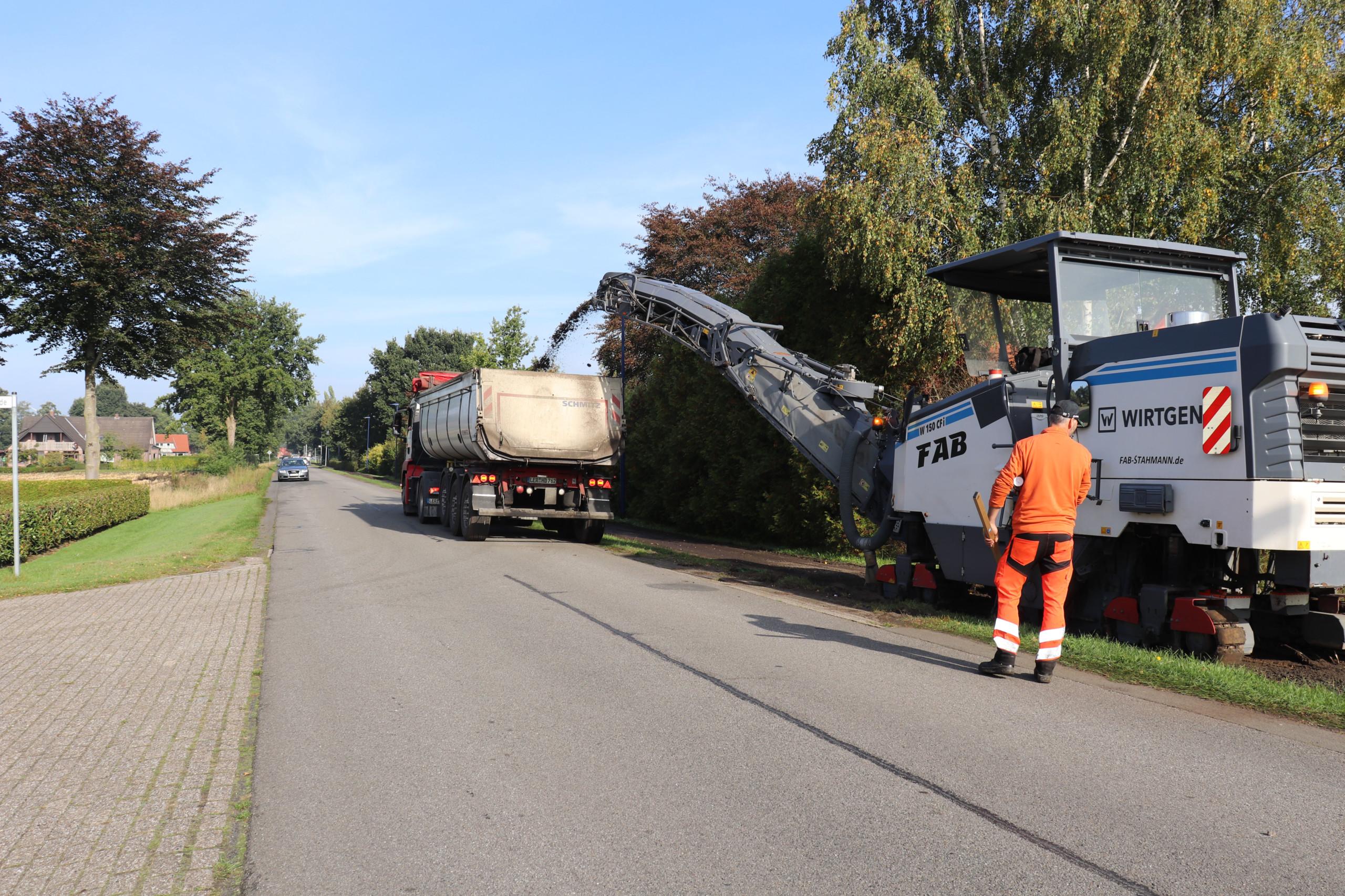 Mit einer Asphaltfräse wird die Asphaltdecke des Fahrradweges an der Westmarkstraße abgetragen. Aufnahme: Wlodarczyk/Gemeinde Barßel