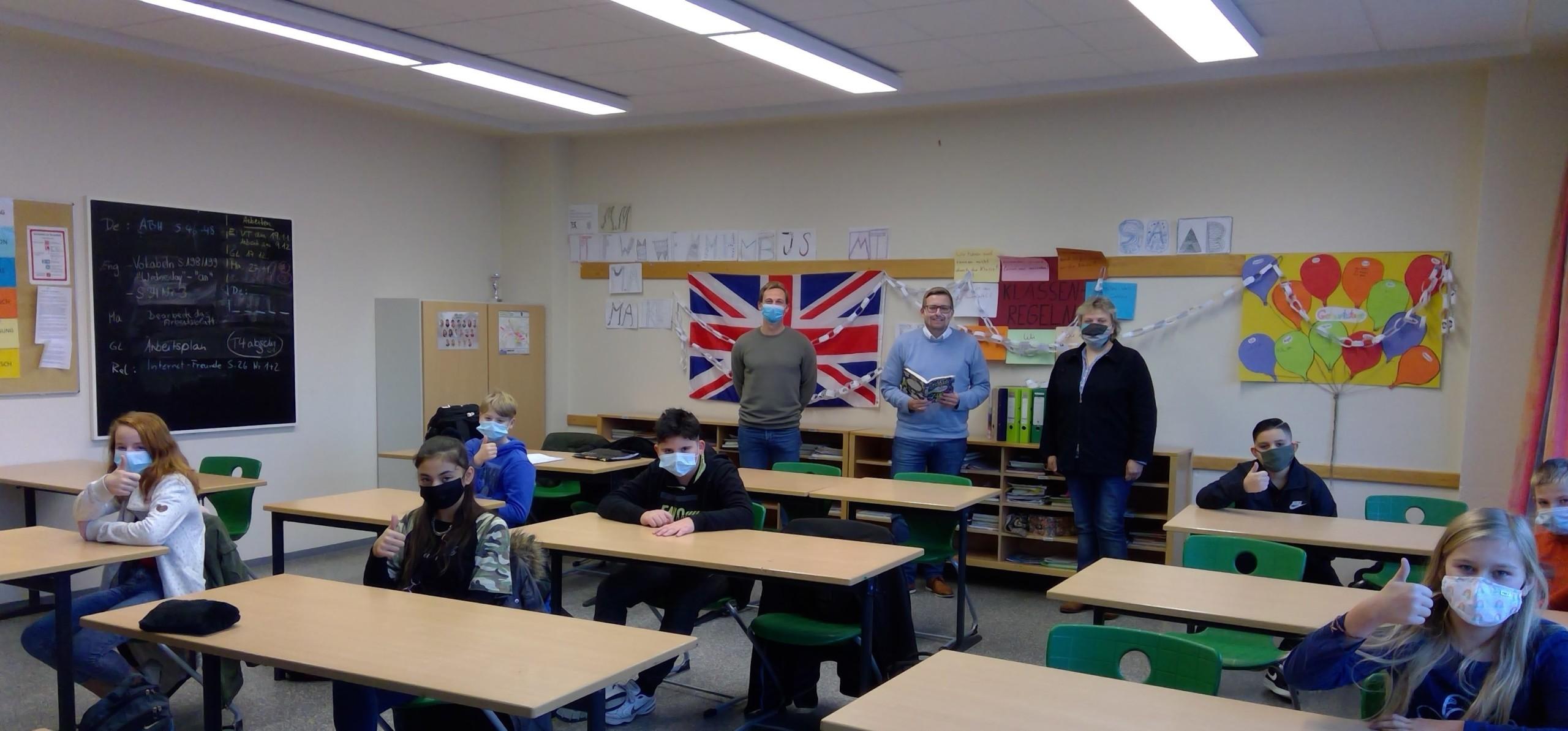 Schülerinnen und Schüler der Klassen 5 a und b mit ihren Lehrern Jesper Heer (stehend, links) und Yvonne Wild (stehend, rechts) sowie Bürgermeister Nils Anhuth. Bild: Ellen Sandmann/IGS Barßel