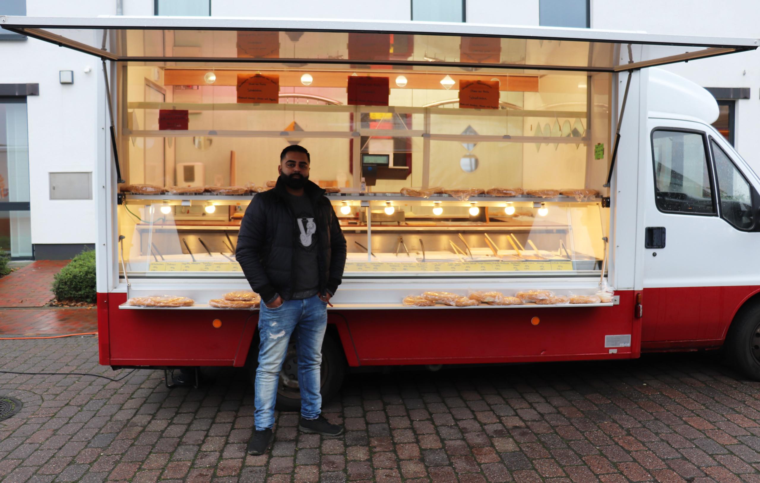 Shahbaz Ahmed bietet Antipasti in seinem neuen Wagen auf dem Barßeler Wochenmarkt an. Aufnahme: Wlodarczyk/Gemeinde Barßel