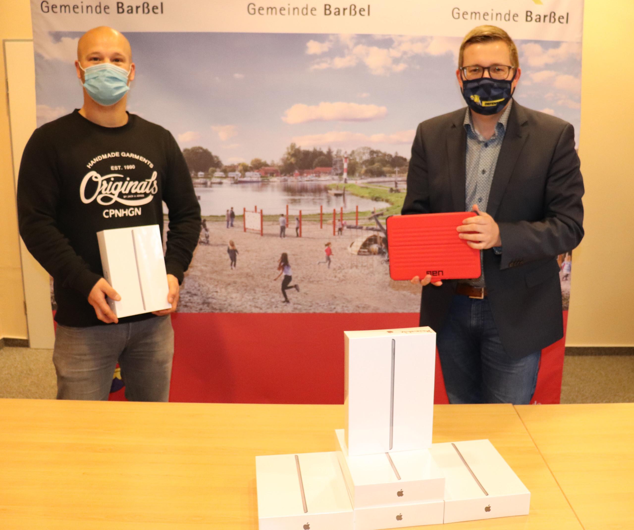 André Siebum (links) und Bürgermeister Nils Anhuth freuen sich über die Ankunft der Tablets aus dem Sofortausstattungsprogramm, die auch schon an die Schulen verteilt wurden. Aufnahme: Wlodarczyk/Gemeinde Barßel