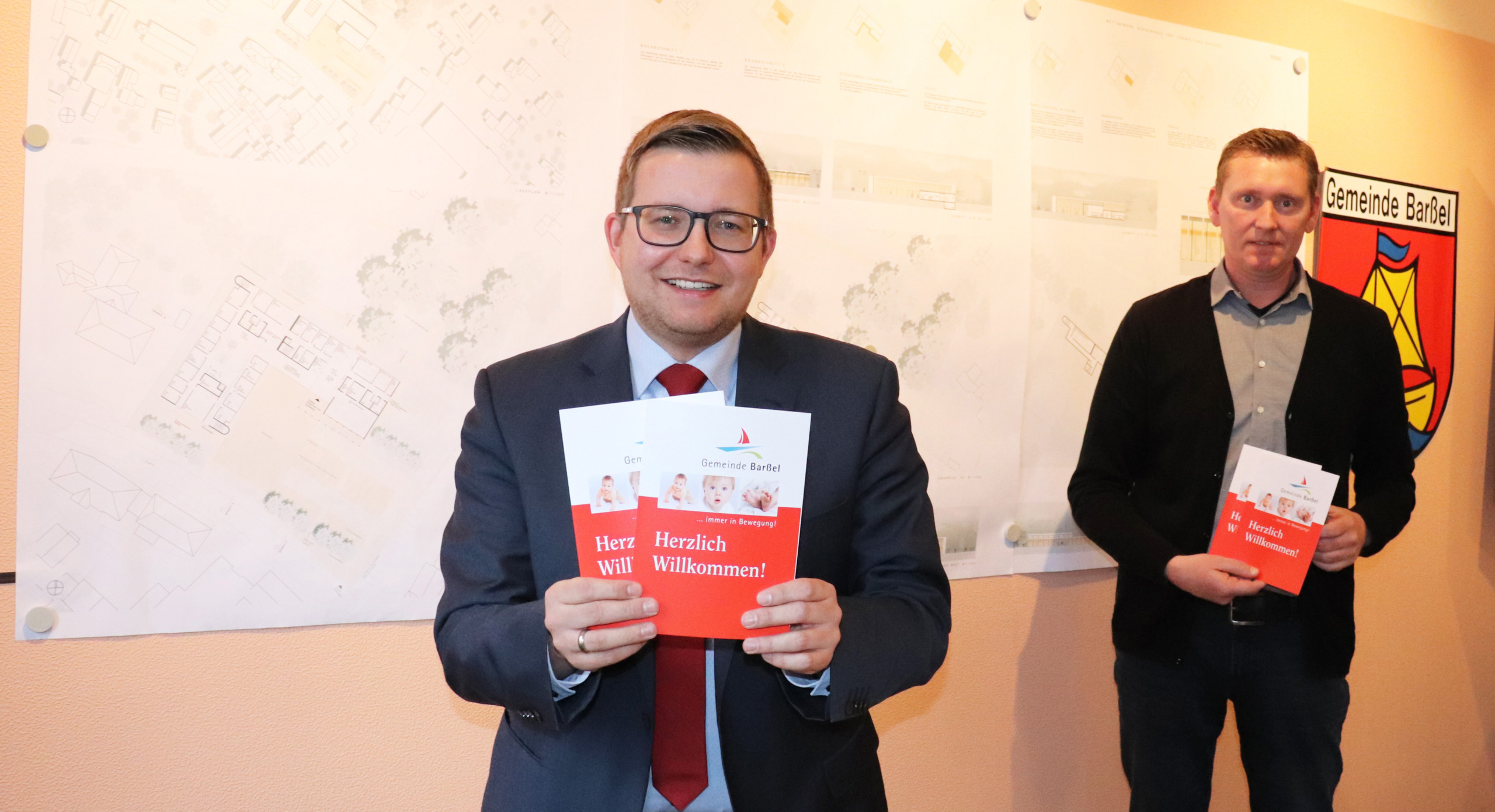 Bürgermeister Nils Anhuth (links) und Erster Gemeinderat Michael Sope blickten gemeinsame auf das ereignisreiche Jahr 2020 zurück. Aufnahme: Wlodarczyk/Gemeinde Barßel