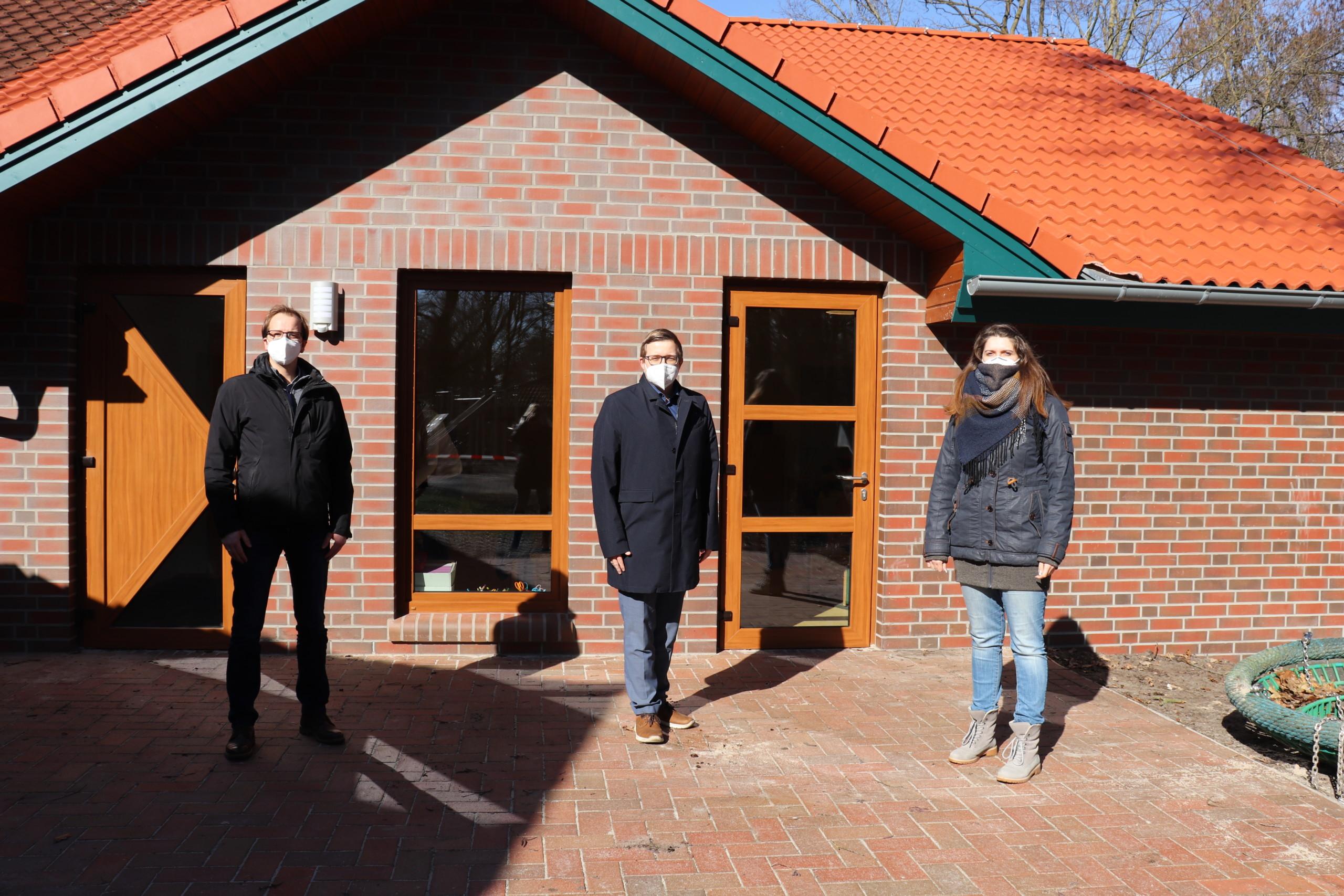 Bürgermeister Nils Anhuth (Mitte) zusammen mit Markus Wiechmann und Maja Peters – beide vom Bauamt der Gemeinde Barßel – vor dem neuen Anbau des Kindergartens. Aufnahme: Wlodarczyk/Gemeinde Barßel