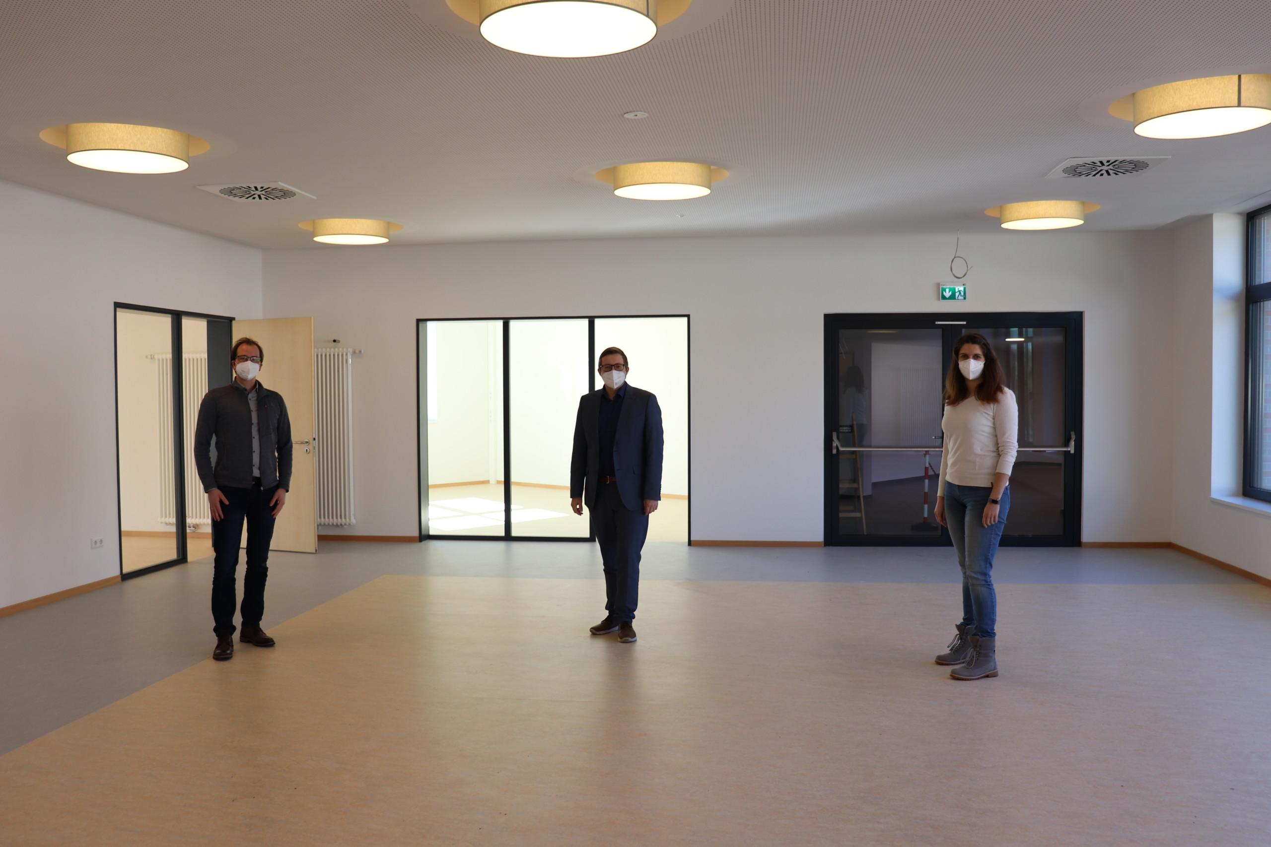 Bürgermeister Nils Anhuth (Mitte), Markus Wiechmann und Maja Peters, beide vom Bauamt der Gemeinde, besichtigten den neuen Anbau der Marienschule. Sie stehen im offenen Differenzierungsraum. Aufnahme: Wlodarczyk/Gemeinde Barßel