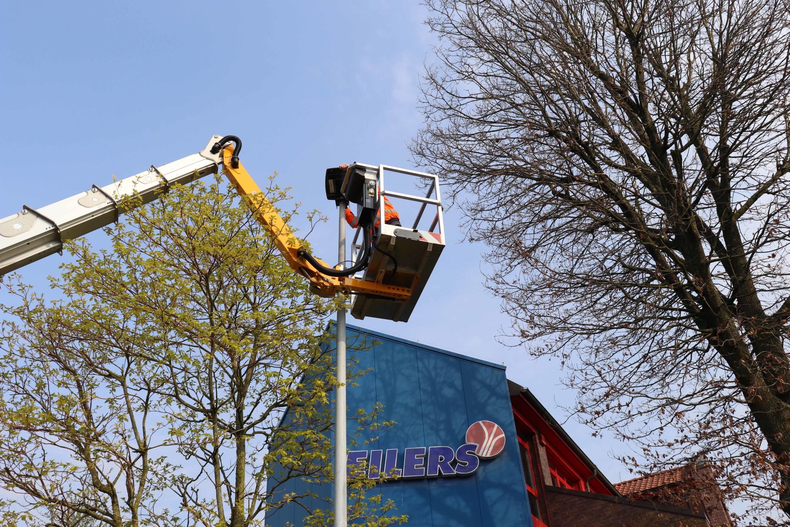 Markus Henken vom Bauhof der Gemeinde Barßel bringt die neuen Leuchten an. Aufnahme: Wlodarczyk/Gemeinde Barßel