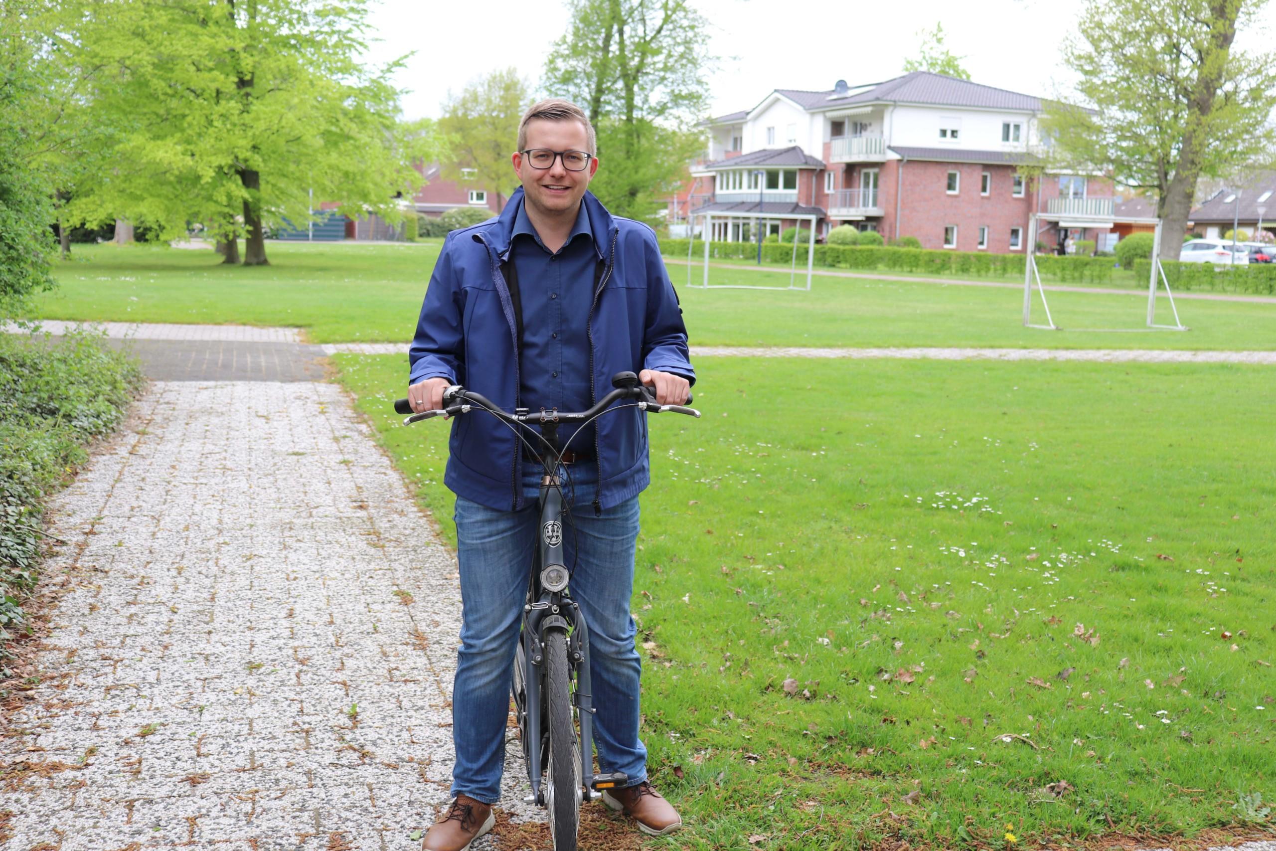 Bürgermeister Nils Anhuth mit seinem Fahrrad im Rathauspark. Aufnahme: Gemeinde Barßel