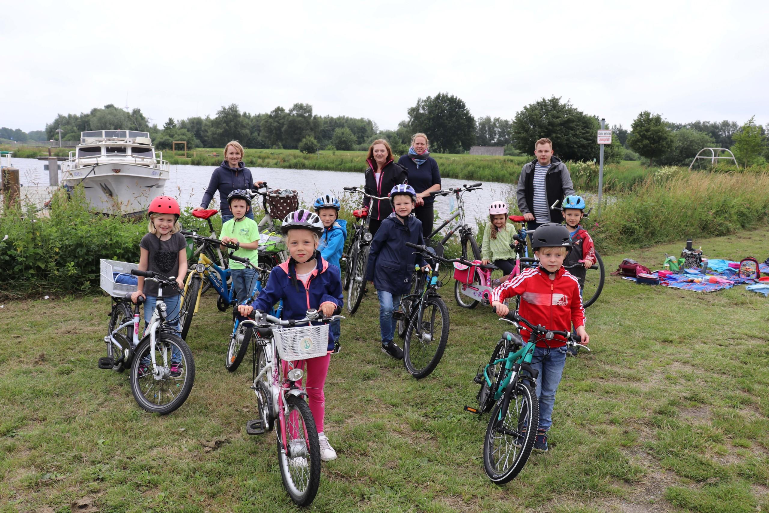 Die Glühwürmchen-Gruppe vom Kindergarten Die Arche machte eine lange Fahrradtour und erstmal ein Picknick beim Hafen. Aufnahme: Gemeinde Barßel