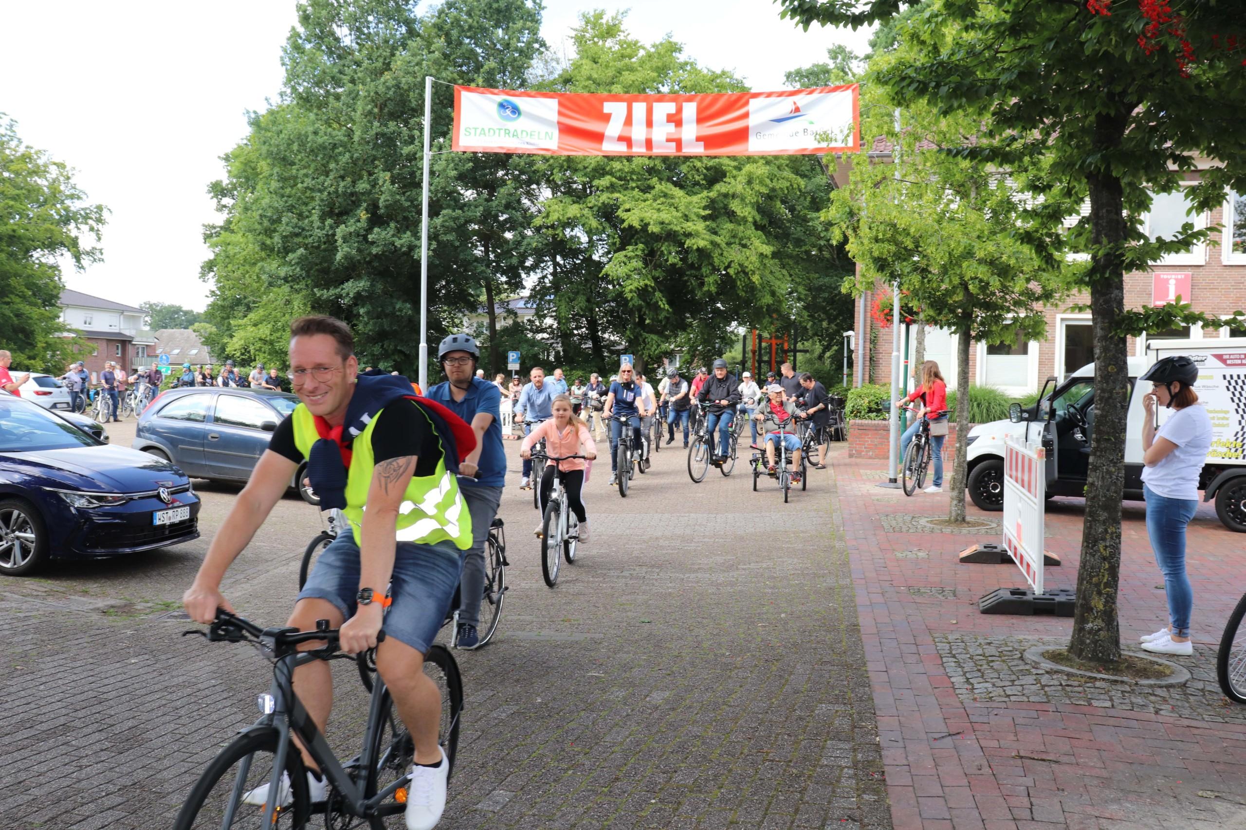 Die Radlerinnen und Radler machten sich vom Rathaus aus auf den Weg zur Auftaktfahrradtour. Aufnahme: Gemeinde Barßel